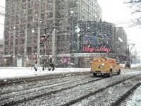 Scène de ville enneigée