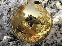 Reflets dans une boule d'or